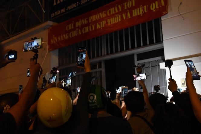 Các YouTuber chen lấn, xô đẩy trước cửa Cơ sở pháp y để livestream cố nghệ sĩ Chí Tài - ảnh 3