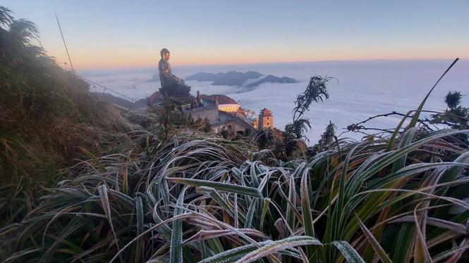 Nhiệt độ trên đỉnh Fansipan xuống mức -3 độ C, dân tình rủ nhau đi ngắm băng tuyết - ảnh 1
