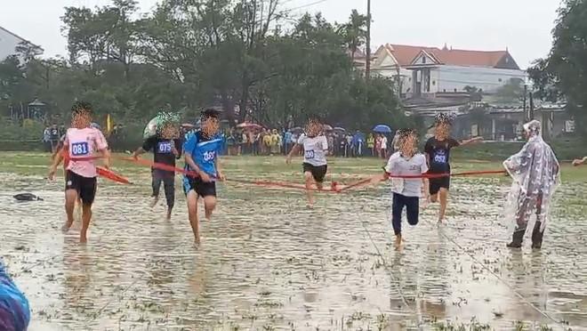 Huế: Hàng trăm học sinh thi Hội Khoẻ Phù Đổng dưới trời mưa rét khiến phụ huynh bức xúc - ảnh 1