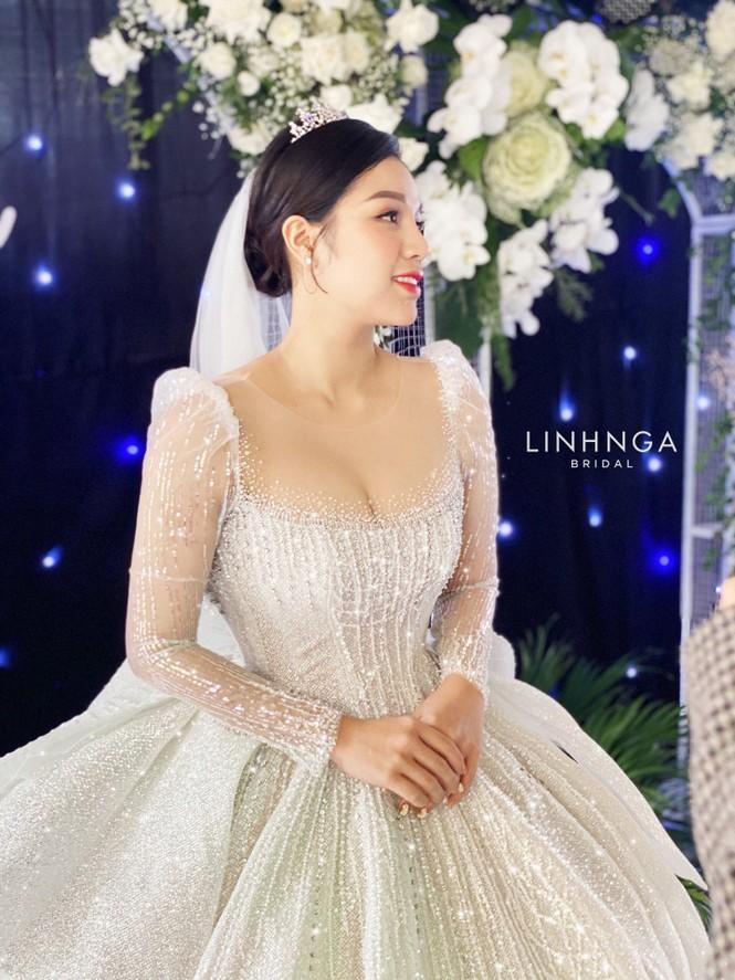 Khánh Linh diện váy cưới làm từ 30K viên đá Swarovski do chính Bùi Tiến Dũng lên ý tưởng - ảnh 5