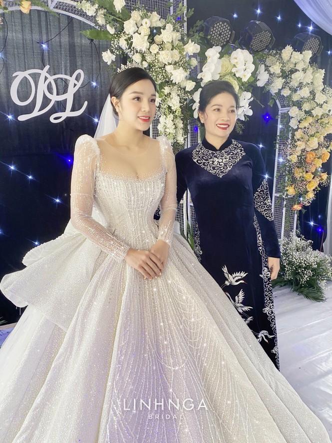 Khánh Linh diện váy cưới làm từ 30K viên đá Swarovski do chính Bùi Tiến Dũng lên ý tưởng - ảnh 9