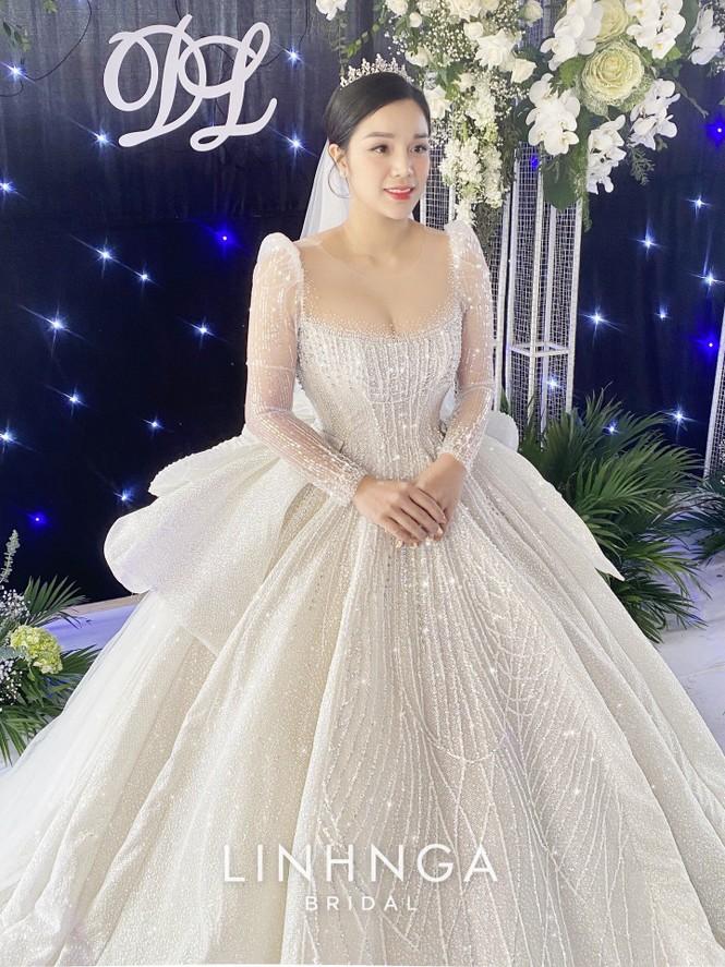 Khánh Linh diện váy cưới làm từ 30K viên đá Swarovski do chính Bùi Tiến Dũng lên ý tưởng - ảnh 6