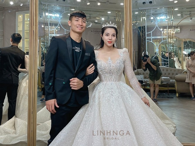Khánh Linh diện váy cưới làm từ 30K viên đá Swarovski do chính Bùi Tiến Dũng lên ý tưởng - ảnh 2