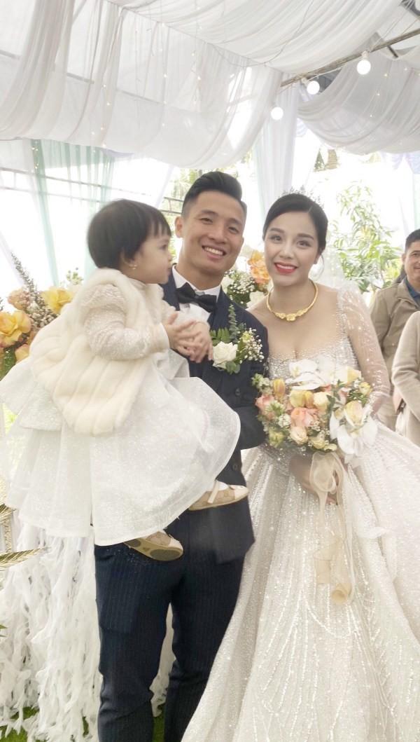 Khánh Linh diện váy cưới làm từ 30K viên đá Swarovski do chính Bùi Tiến Dũng lên ý tưởng - ảnh 1