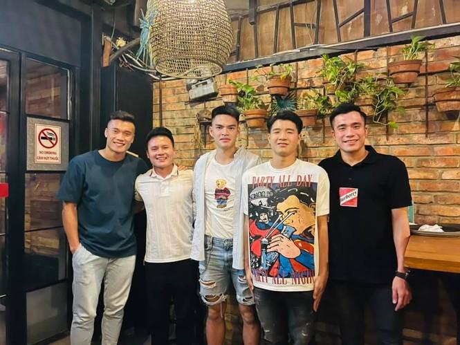 4 cầu thủ đỉnh đám của tuyển Việt Nam chụp ảnh chung, Đức Chinh để lại comment