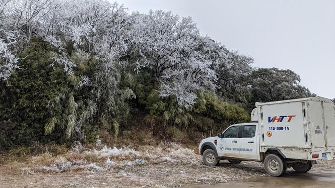 Băng giá phủ trắng một số nơi ở vùng núi phía Bắc, team săn tuyết lên đường ngay thôi! - ảnh 12