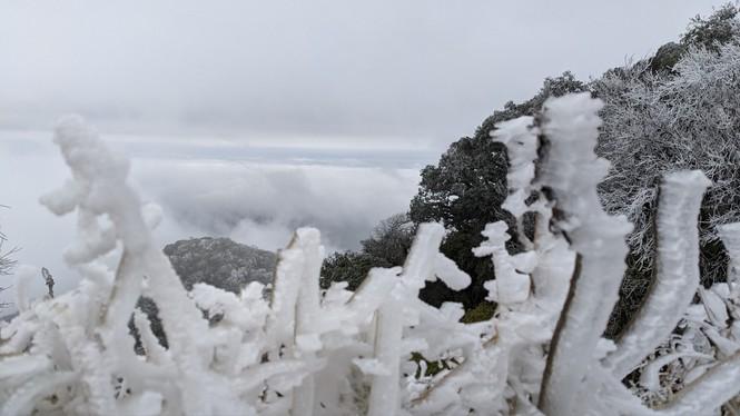 Băng giá phủ trắng một số nơi ở vùng núi phía Bắc, team săn tuyết lên đường ngay thôi! - ảnh 5