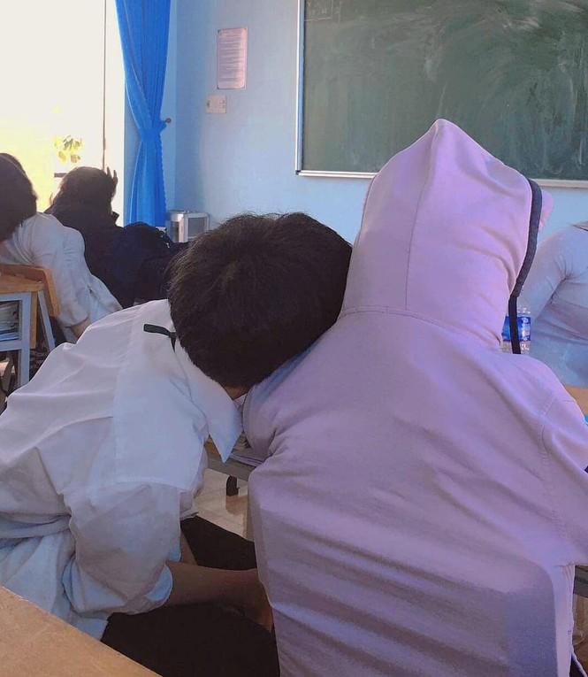 Bạn cùng bàn nghỉ học thì làm gì để đỡ trống trải: Dựng ngay hình nộm chứ làm gì! - ảnh 3
