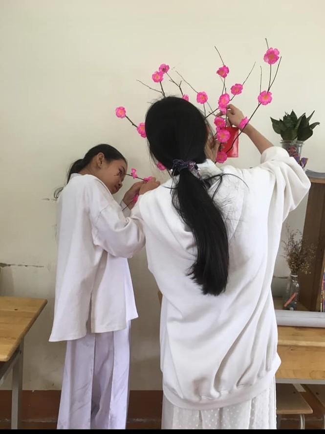 Các bạn học sinh trang trí lớp học đón Tết: Thoả sức sáng tạo và khoe độ khéo tay! - ảnh 1