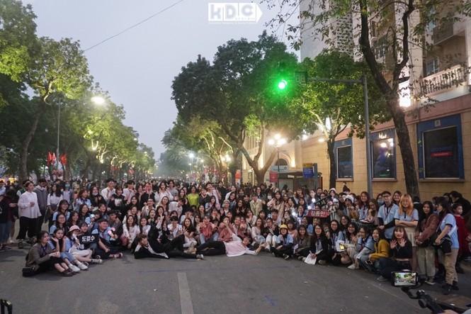 Hà Nội: Fan KPop cover SNSD, BLACKPINK mừng năm mới tưng bừng phố đi bộ Hồ Gươm - ảnh 1