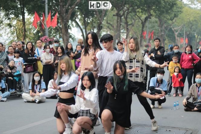 Hà Nội: Fan KPop cover SNSD, BLACKPINK mừng năm mới tưng bừng phố đi bộ Hồ Gươm - ảnh 5