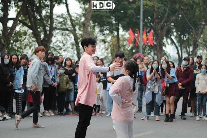 Hà Nội: Fan KPop cover SNSD, BLACKPINK mừng năm mới tưng bừng phố đi bộ Hồ Gươm - ảnh 6
