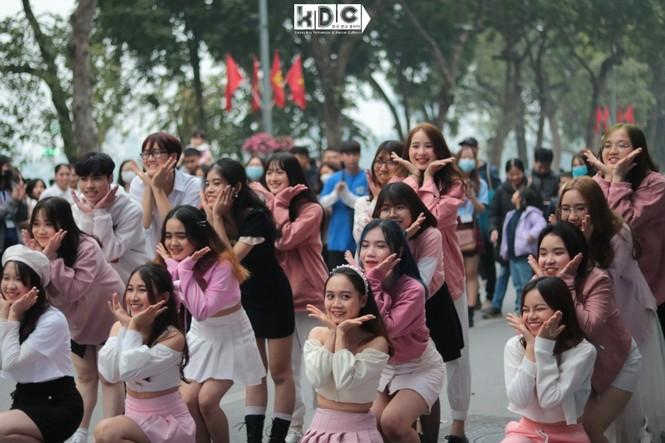 Hà Nội: Fan KPop cover SNSD, BLACKPINK mừng năm mới tưng bừng phố đi bộ Hồ Gươm - ảnh 7