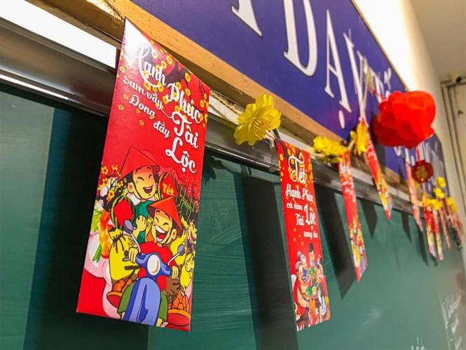 Teen Ninh Bình trang hoàng lớp học đón Tết: Lì xì, câu đối đỏ, bánh chưng xanh đều có đủ! - ảnh 6