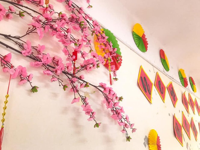 Teen Ninh Bình trang hoàng lớp học đón Tết: Lì xì, câu đối đỏ, bánh chưng xanh đều có đủ! - ảnh 9