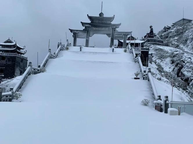 Tuyết rơi phủ dày trên đỉnh Fansipan (Lào Cai), khung cảnh đẹp tựa như phim cổ trang  - ảnh 8