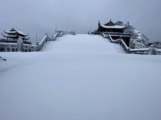Tuyết rơi phủ dày trên đỉnh Fansipan (Lào Cai), khung cảnh đẹp tựa như phim cổ trang  - ảnh 9