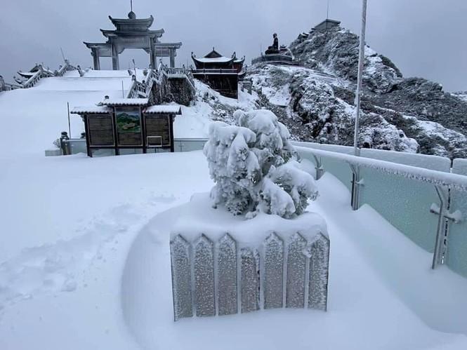 Tuyết rơi phủ dày trên đỉnh Fansipan (Lào Cai), khung cảnh đẹp tựa như phim cổ trang  - ảnh 2