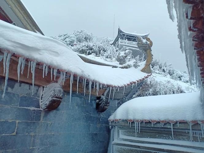 Tuyết rơi phủ dày trên đỉnh Fansipan (Lào Cai), khung cảnh đẹp tựa như phim cổ trang  - ảnh 6