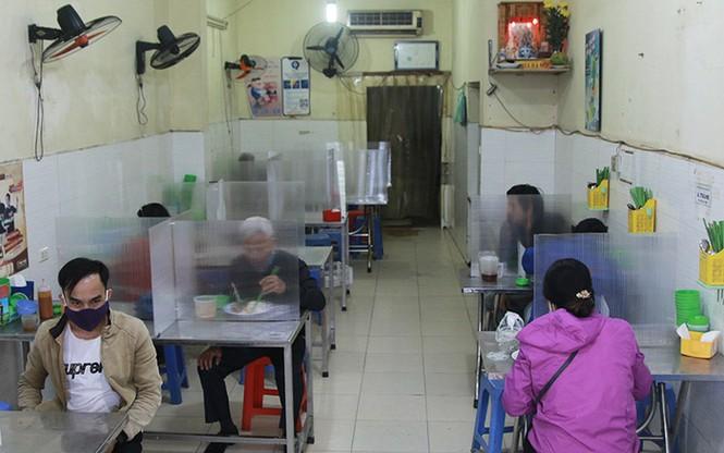 Nhà hàng, quán ăn phục vụ trong nhà ở Hà Nội vẫn được hoạt động nếu đảm bảo giãn cách - ảnh 1