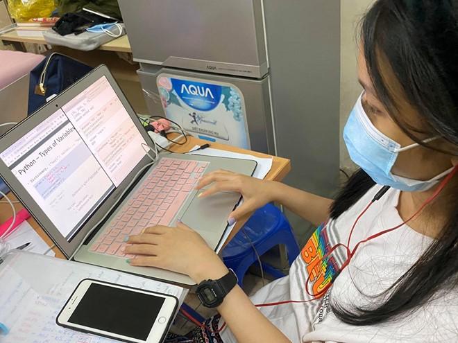 Hàng loạt trường ĐH tại TP.HCM thông báo cho sinh viên chuyển sang hình thức học online - ảnh 1