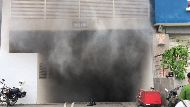Chung cư Carina Plaza cháy trở lại, cư dân tháo chạy tán loạn - ảnh 1