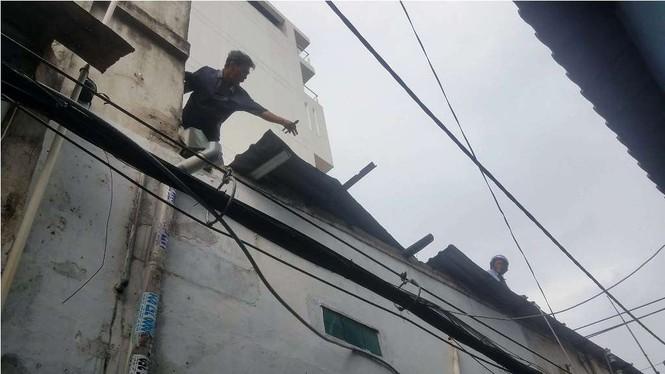 Giông lốc làm cây ngã khắp Sài Gòn, đè bẹp ô tô, lốc mái nhà dân - ảnh 9
