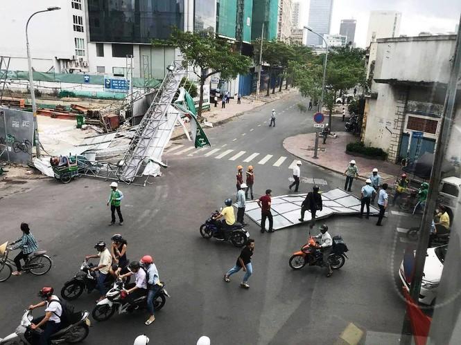 Giông lốc làm cây ngã khắp Sài Gòn, đè bẹp ô tô, lốc mái nhà dân - ảnh 10