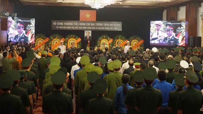 Người dân TPHCM xúc động tiễn biệt Chủ tịch nước Trần Đại Quang - ảnh 1