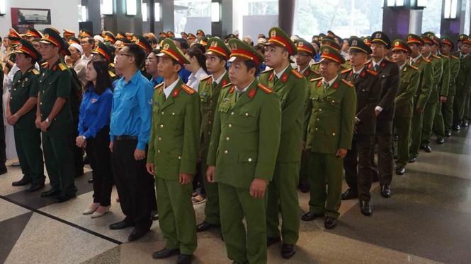 Người dân TPHCM xúc động tiễn biệt Chủ tịch nước Trần Đại Quang - ảnh 2