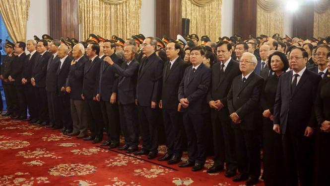Người dân TPHCM xúc động tiễn biệt Chủ tịch nước Trần Đại Quang - ảnh 4