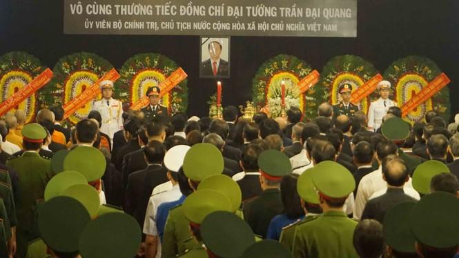 Người dân TPHCM xúc động tiễn biệt Chủ tịch nước Trần Đại Quang - ảnh 10