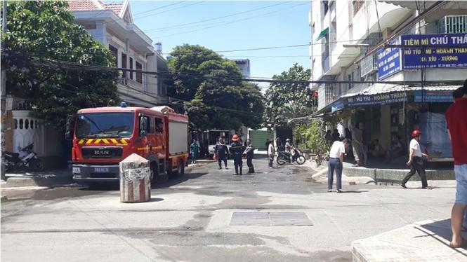 Chung cư Sài Gòn cháy dữ dội, cư dân tháo chạy giữa trưa nắng - ảnh 1