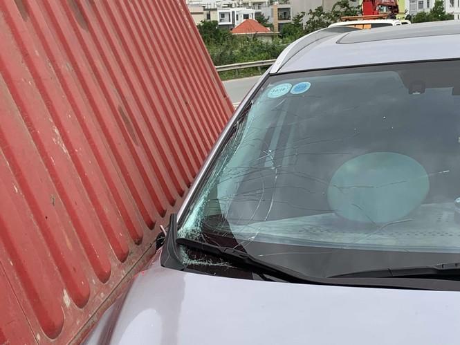 Kinh hoàng thùng container rơi xuống đè đầu ô tô đang chạy - ảnh 1