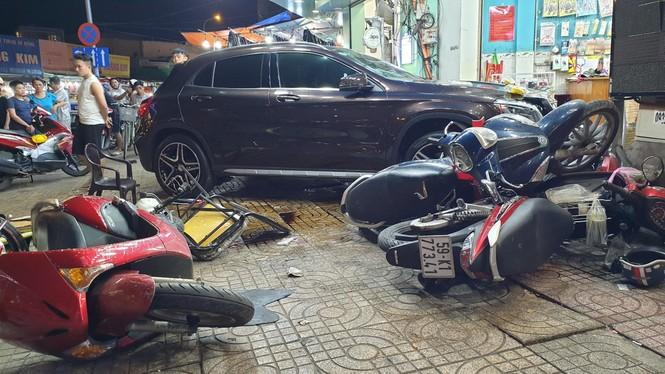Danh tính người phụ nữ lái xe Mercedes tông hàng loạt xe máy ở Sài Gòn - ảnh 1