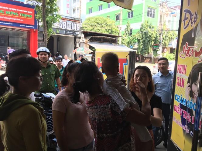 Giải cứu hai bà cháu mắc kẹt trong thang máy ở Sài Gòn - ảnh 2