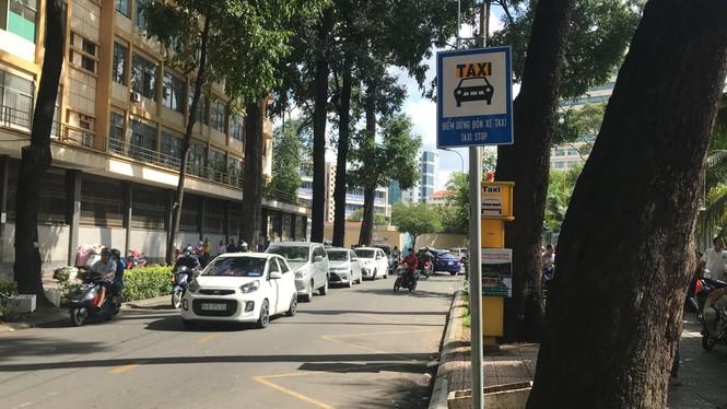 Cận cảnh những điểm đón taxi hoang phế ở Sài Gòn - ảnh 2