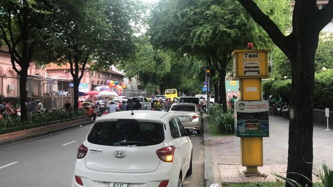 Cận cảnh những điểm đón taxi hoang phế ở Sài Gòn - ảnh 3