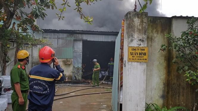 Cháy lớn nhiều nhà xưởng ở Sài Gòn, khói đen bốc ngút trời - ảnh 8