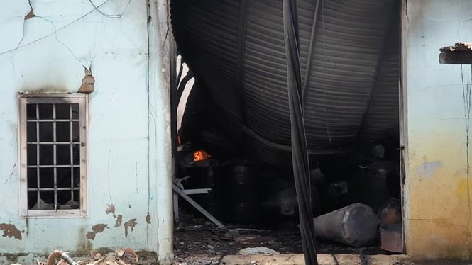Cháy lớn nhiều nhà xưởng ở Sài Gòn, khói đen bốc ngút trời - ảnh 6