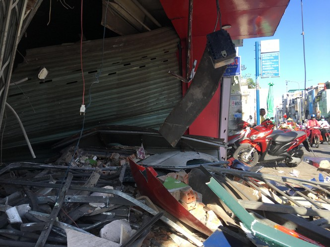 Kinh hãi 'hung thần' container lao vào nhà dân ở Sài Gòn lúc rạng sáng - ảnh 2