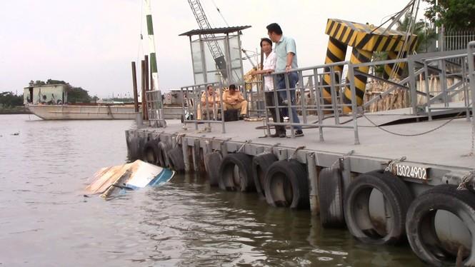 Xà lan gần 2.000 tấn tông sập cầu cảng, chìm ca nô trên sông Sài Gòn - ảnh 2