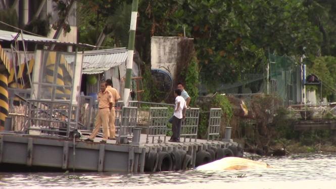 Xà lan gần 2.000 tấn tông sập cầu cảng, chìm ca nô trên sông Sài Gòn - ảnh 1