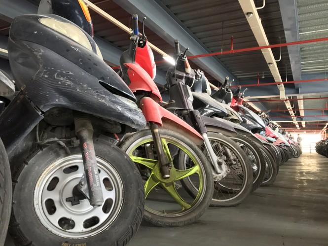Hàng trăm xe máy 'nằm vạ' nhiều năm ở sân bay Tân Sơn Nhất - ảnh 11