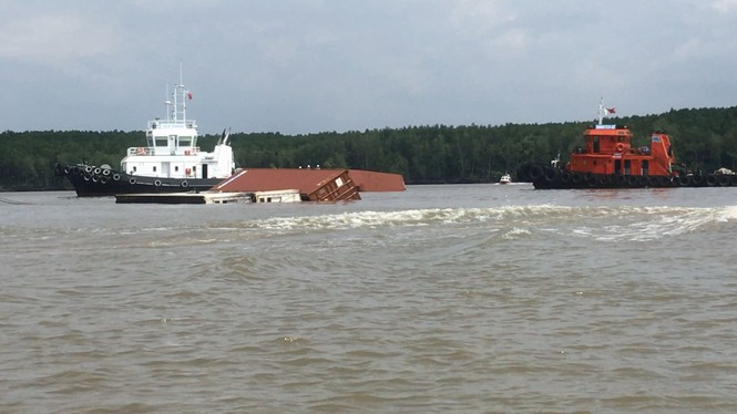 Bộ trưởng GTVT Nguyễn Văn Thể đến hiện trường vụ chìm tàu 8.000 tấn ở Cần Giờ - ảnh 3