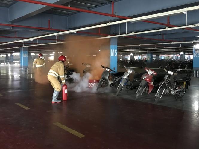 """Diễn tập chữa cháy điểm """"nóng"""" ở sân bay Tân Sơn Nhất - ảnh 1"""