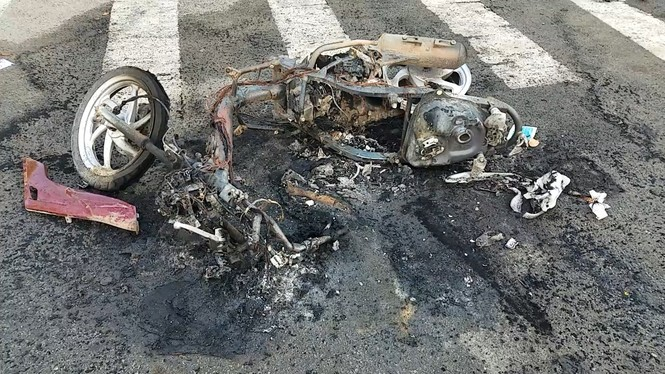 Hỗn chiến kinh hoàng ở Sài Gòn, giang hồ đốt rụi cả 2 xe máy của người đi đường - ảnh 1
