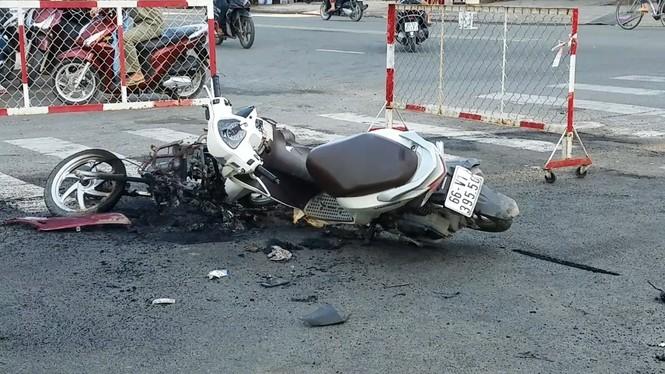 Hỗn chiến kinh hoàng ở Sài Gòn, giang hồ đốt rụi cả 2 xe máy của người đi đường - ảnh 2