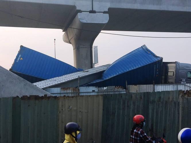 Xe container kéo sập dầm cầu bộ hành đang xây ở cửa ngõ Sài Gòn - ảnh 1
