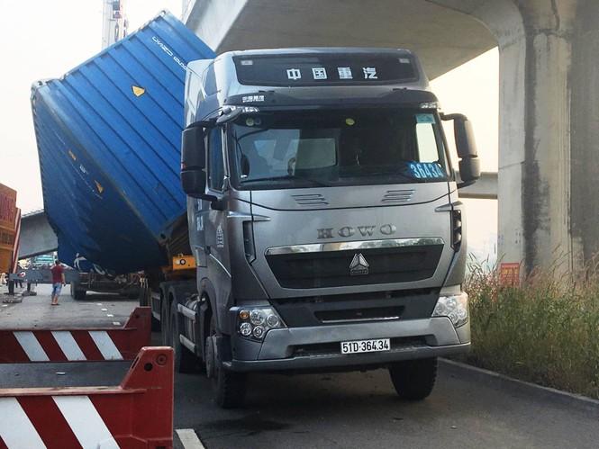 Xe container kéo sập dầm cầu bộ hành đang xây ở cửa ngõ Sài Gòn - ảnh 2